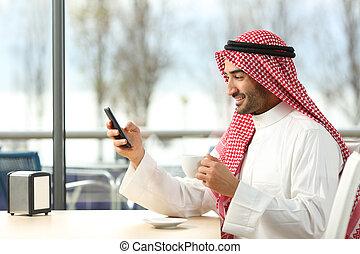 arab, man, texting, in, a, smart, ringa, i en bardisk
