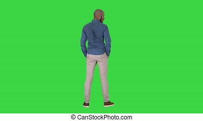 arabe, autour de, chroma, écran, regarder, vert, key., poches, mains, désinvolte