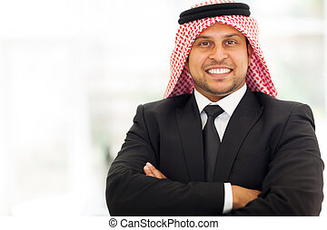 arabe, homme affaires, armes traversés