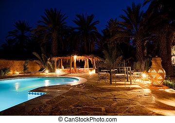 arabe, pool hôtel, soir