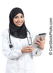 araber, doktor, frau, mit, a, tablette, anschauen kamera