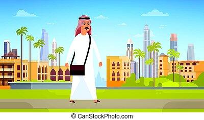 araber, mann- gehen, modern, stadt, gebäude, cityscape, skyline, panorama, geschäftsreise, und, tourismus, begriff
