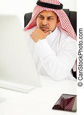 arabisch, geschäftsmann, anschauen computerbildschirm
