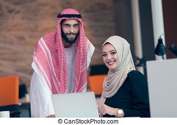 arabische , bedrijfspaar, aan het werk aaneen, op, plan, op, moderne, start, kantoor