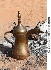 arabische koffie, pot, op, een, openhaard, in, de, desert., abu dhabi, verenigde arabische emiraten