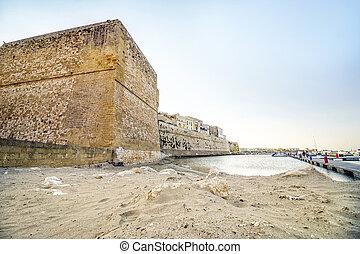 aragonese, hofburg, und, sandiger strand, in, otranto, apulia, italien