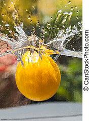 arancia, cadere, in, acqua, primo piano