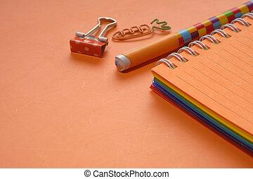arancia, colorito, fondo, aperto, penne, blocco note
