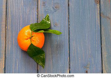 arancia, sfondo blu