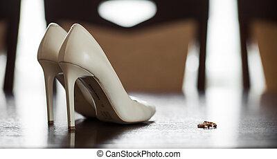 arany-, cipők, gyűrű, finom, closeup, fényűzés, esküvő, asztal, fehér