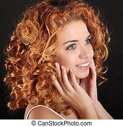 arany-, szépség, göndör szőr, háttér., portrait., bájos, sötét, mosolyog lány