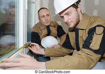 arbeider, het meten, ruit, venster