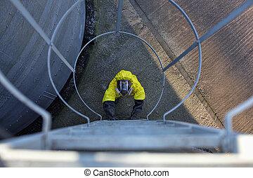 arbeider, het uitgaan, een, metaal, ladder