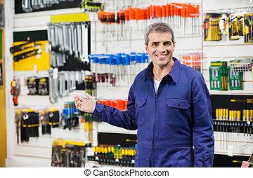 arbeider, in, overalls, gesturing, in, hardware winkel