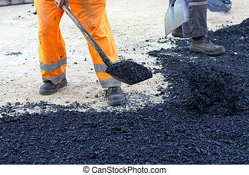 arbeider, met, schop, op, asfalt