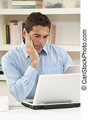 arbeitende , laptop, besorgt, schauen, daheim, gebrauchend, ...