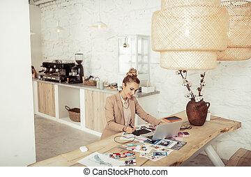 arbeitende , sie, designs., lächeln, dame, kleidung