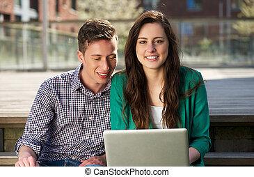 arbeitende , studenten, laptop, zwei, auf, hochschule, draußen, schließen, porträt