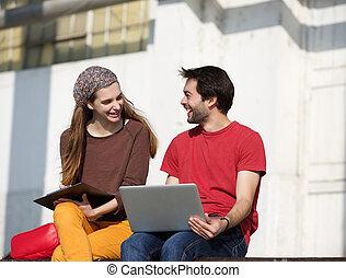 arbeitende , studenten, laptop, zwei, sprechende , hochschule, draußen