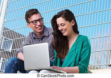 arbeitende , studenten, laptop, zwei, zusammen, draußen