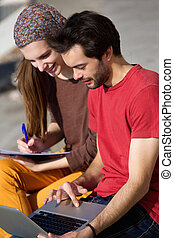 arbeitende , studenten, paar, zusammen, draußen, laptop