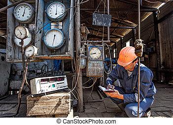 arbeiter, auf, a, gas gut, sammeln, daten, von, sensors,...
