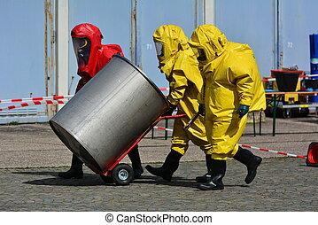 arbeiter, in, schützend, uniform, und, stiefeln, transport, fässer, von, chemikalien