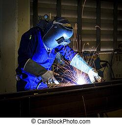 arbeiter, mit, schützende maske, schwei�arbeiten, metall
