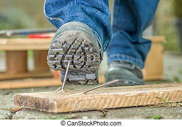 arbeiter, mit, sicherheitsschuhe, schritte, auf, a, nagel