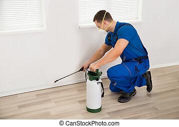 arbetare, besprutning, insektsmedel, på, vägg, hemma