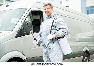 arbetare, med, insektsmedel, spruta, framme, skåpbil