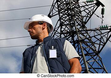 arbetare, stående, framme av, en, el ledningsstolpe