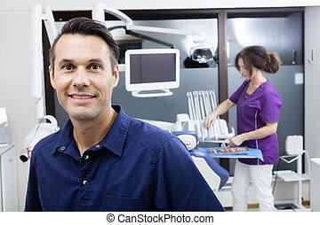 arbete, assistent, tandläkare, klinik, medan, le