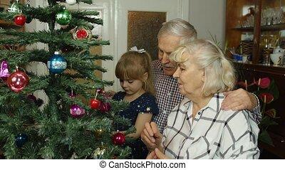 arbre, noël, décorer, jouets, grand-maman, papy, personne agee, girl, artificiel, gosse, ornements