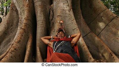 arbre, tribal, délassant, sous, homme, 4k
