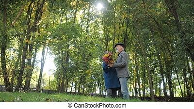 arbres, motion., lent, heureux, -, coupler danse, parc, automne, personnes agées