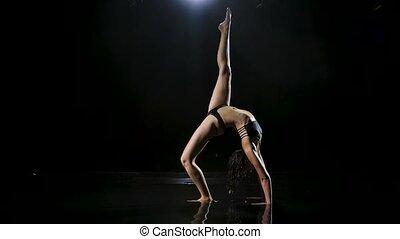 arc, apprécier, sain, arrière-plan., corps, pratiquer, lent, noir, pose, mouillé, exercisme, lifestyle., water., motion., flexible, inversé, yoga, femme