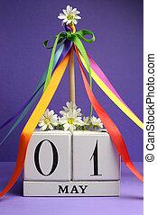 arc-en-ciel, arrière-plan., mai, maypole, contre, pourpre, jour, bloc, calendrier, fleurs blanches, rubans, 1, couleur