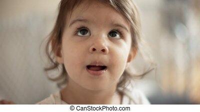 arc, kicsi lány, ragasztás, fajta, tongue., neki, buta, ...