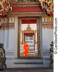 arch door of buddhism temple