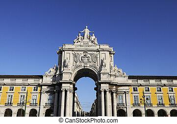 Famous arch at the Praca do Comercio showing Viriatus, Vasco da Gama, Pombal and Nuno Alvares Pereira