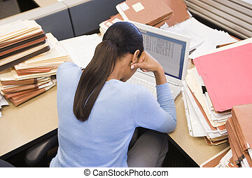 archief, businesswoman, draagbare computer, cel, opperen