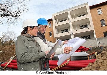 architect, en, ingenieur, kijken naar, plan, op, gebouw stek