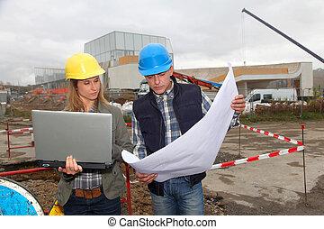 architect, en, ingenieur, op, gebouw stek