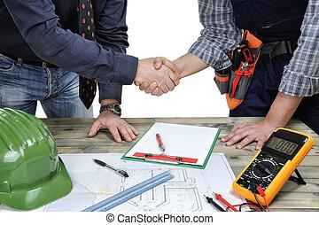 architect, en, jonge, elektromonteur, technicus, de hand schuden, voor, een, woongebied, gebouw, plan