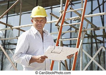 architecte, étudier, plans, dehors, nouvelle maison