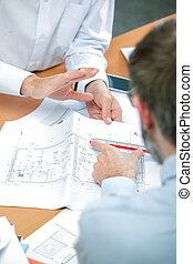 architecte, deux, discutant, plans