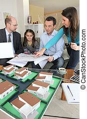 architecte, jeune famille, bureau, séance