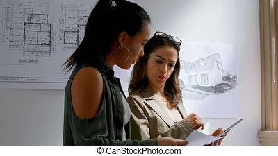 architectes, plan, femme, plan, discuter, 4k