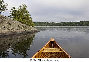 arco, de, un, cedro, canoa, en, un, lago, en, norteño, ontario